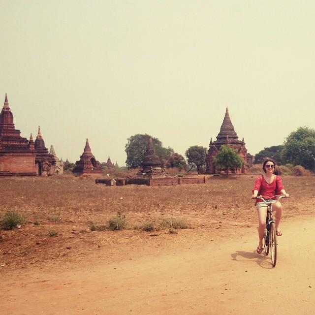 Fietsen tussen de pegodas, hier was het midden op de dacht en zon 43 graden geen succes om te fietsen