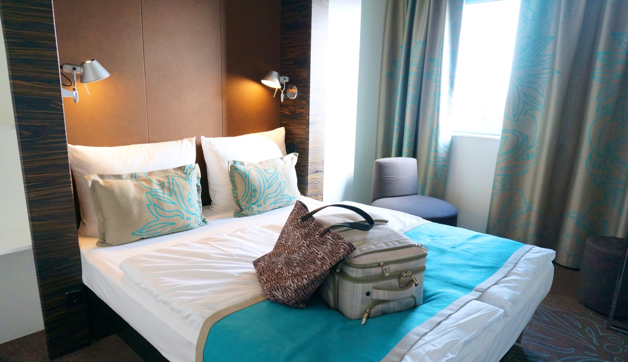 Budget design hotel Motel One | Hamburg - GirlsLove2Travel: https://girlslove2travel.com/motel-one-hamburg